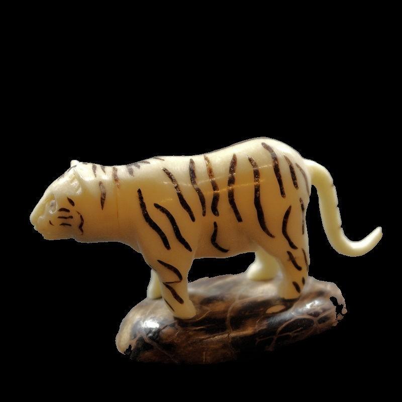 Tigre taillé dans la graine de tagua